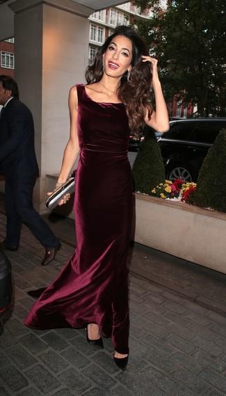 Outfits mujeres: Elige un vestido de noche de terciopelo burdeos para una apariencia clásica y elegante. Zapatos de tacón de satén negros son una opción grandiosa para completar este atuendo.