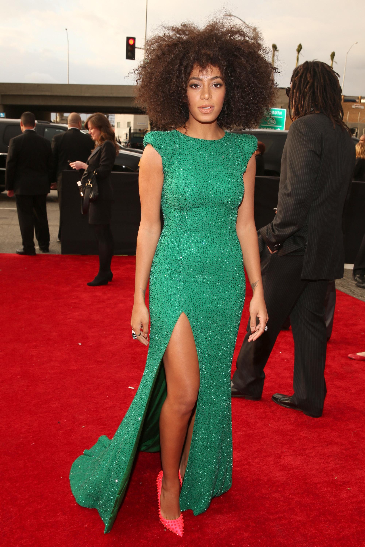 Vestido verde zapatos morados