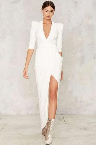 Ponte un vestido de noche con recorte blanco para que te veas verdaderamente magnífica. Botines con cordones de ante plateados contrastarán muy bien con el resto del conjunto.
