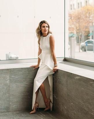 Usa un vestido de noche con recorte blanco para acaparar la atención. Este atuendo se complementa perfectamente con zapatos de tacón de cuero marrón claro.