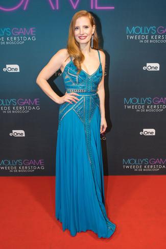 Cómo combinar unos pendientes celestes: Elige un vestido de noche de encaje con adornos azul y unos pendientes celestes para crear una apariencia elegante y glamurosa.