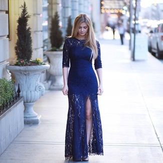 Cómo combinar: vestido de noche de encaje con recorte azul marino, zapatos de tacón de cuero en beige