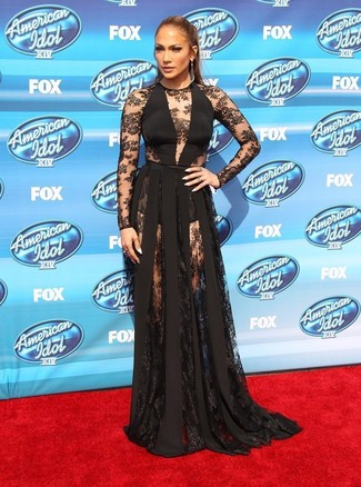 Look de Jennifer Lopez: Vestido de Noche de Encaje Negro, Pendientes en Gris Oscuro