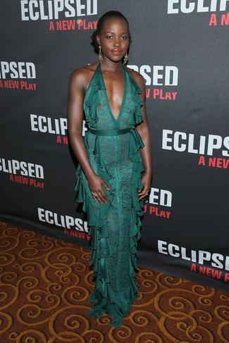 Look de Lupita Nyong'o: Vestido de noche de encaje verde, Pendientes dorados