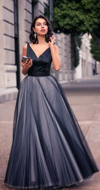 Cómo combinar: vestido de noche de gasa plisado negro, pendientes plateados