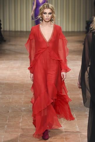 Cómo combinar: vestido de noche de gasa rojo, botines de ante burdeos, pendientes dorados