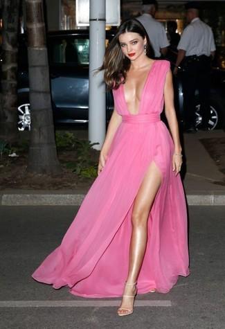 Look de Miranda Kerr: Vestido de Noche de Gasa Rosa, Sandalias de Tacón de Cuero en Beige, Pendientes Plateados