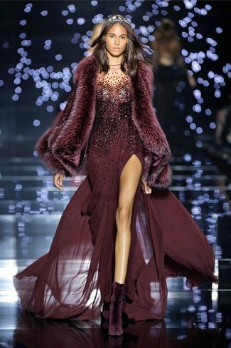Cómo combinar: vestido de noche de lentejuelas burdeos, botines de terciopelo morado oscuro, bufanda de pelo burdeos