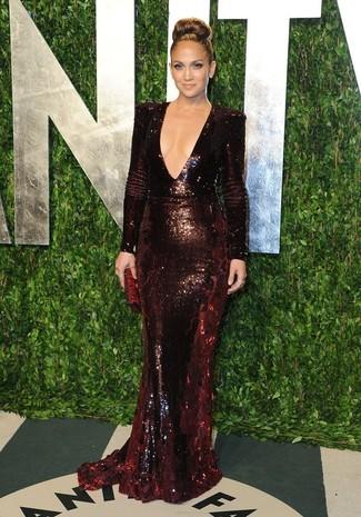 Look de Jennifer Lopez: Vestido de Noche de Lentejuelas Burdeos, Cartera Sobre de Cuero Burdeos