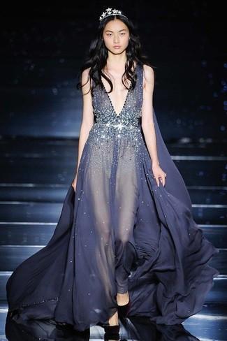 Cómo combinar: vestido de noche de lentejuelas en gris oscuro, zapatos de tacón de ante burdeos, cinta para la cabeza plateada