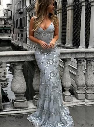 Cómo combinar un vestido de noche de lentejuelas plateado: Opta por un vestido de noche de lentejuelas plateado para un perfil clásico y refinado.