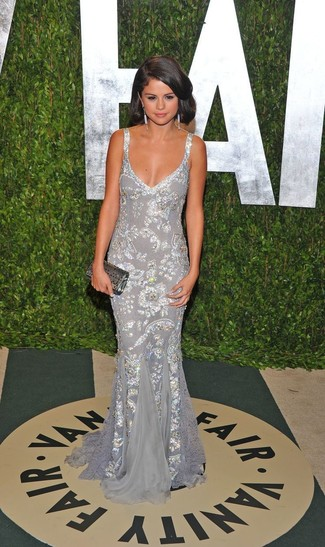 Look de Selena Gomez: Vestido de Noche de Lentejuelas Plateado, Cartera Sobre de Lentejuelas Plateada