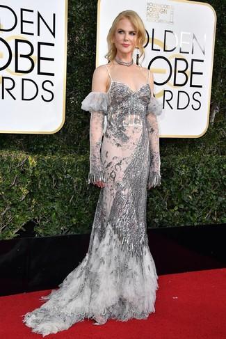 Cómo combinar un vestido de noche de lentejuelas plateado: Utiliza un vestido de noche de lentejuelas plateado para acaparar la atención.