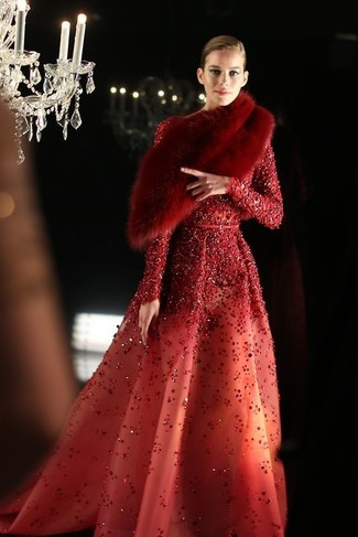 Cómo combinar: vestido de noche de lentejuelas rojo, bufanda de pelo roja