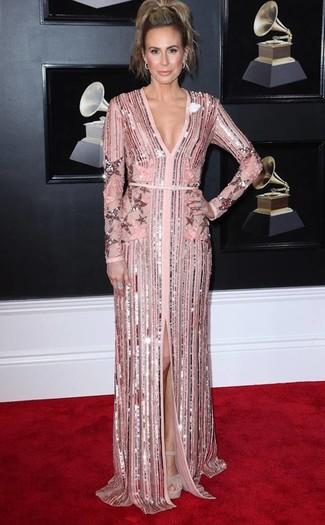 Moda para mujeres de 40 años: Ponte un vestido de noche de lentejuelas rosado para rebosar clase y sofisticación. Sandalias de tacón de ante gruesas en beige son una opción atractiva para completar este atuendo.