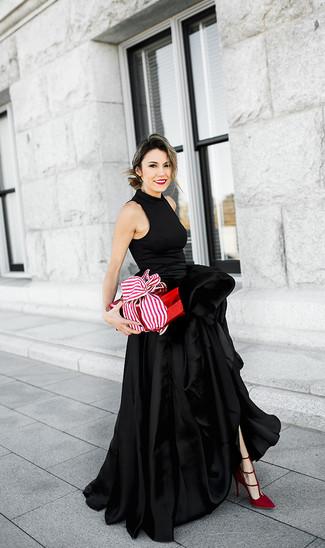 Cómo combinar: vestido de noche de satén con recorte negro, zapatos de tacón de ante rojos
