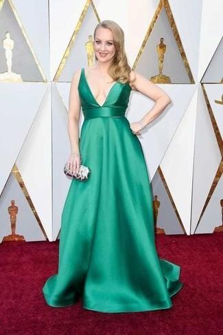 Cómo combinar: vestido de noche de satén verde, cartera sobre plateada