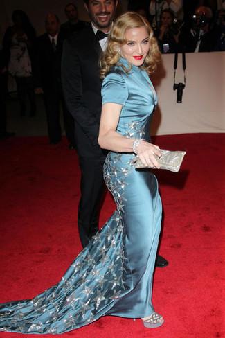 Look de Madonna: Vestido de noche de seda en verde azulado, Sandalias de tacón de ante grises, Cartera sobre plateada