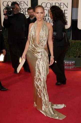 Look de Jennifer Lopez: Vestido de Noche Dorado, Cartera Sobre de Cuero en Beige, Pulsera Dorada