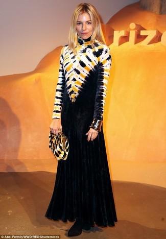 Cómo combinar: vestido de noche efecto teñido anudado negro, botines de terciopelo negros