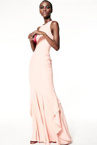 Cómo combinar: vestido de noche en beige, sandalias de tacón de cuero rosa, cartera sobre de cuero rosa
