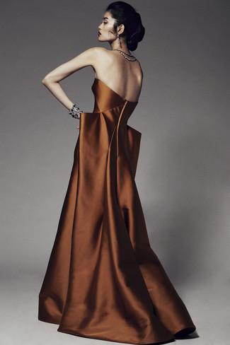 Cómo combinar: vestido de noche en tabaco, pulsera negra, pendientes transparentes