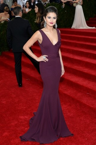 Look de Selena Gomez: Vestido de Noche Morado Oscuro, Pendientes Plateados, Anillo Plateado