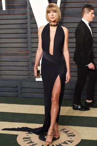 Look de Taylor Swift: Vestido de Noche con Recorte Negro, Sandalias de Tacón de Cuero Doradas, Cartera Sobre Dorada, Collar Dorado
