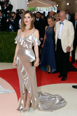 Look de Rose Byrne: Vestido de noche plateado, Zapatos de tacón de cuero plateados, Cartera sobre plateada, Collar plateado