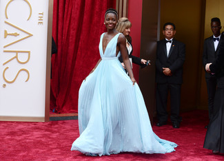 Look de Lupita Nyong'o: Vestido de noche plisado celeste