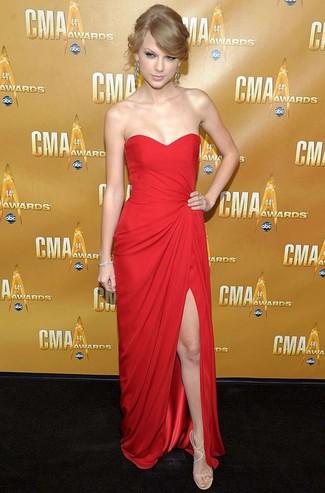 Look de Taylor Swift: Vestido de Noche Rojo, Sandalias de Tacón de Cuero en Beige, Pendientes Plateados