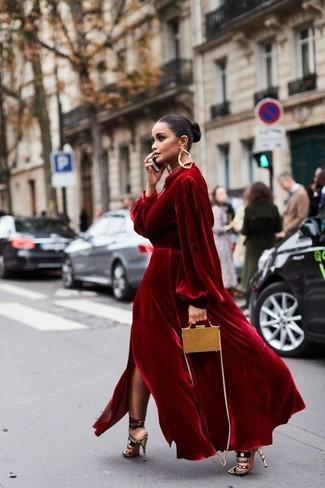 Cómo combinar: vestido de noche de terciopelo rojo, sandalias de tacón de ante en multicolor, bolso bandolera de cuero marrón claro, pendientes dorados