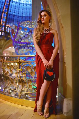 Ponte un vestido de noche rojo para que te veas verdaderamente magnífica. Sandalias de tacón de malla marrón claro son una opción perfecta para completar este atuendo.