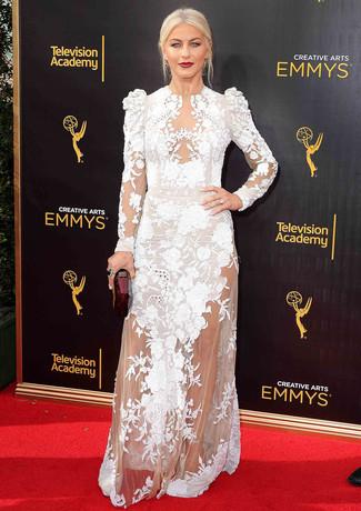 Moda para mujeres de 40 años: Elige un vestido de noche de tul bordado blanco para acaparar la atención. Sandalias de tacón de satén blancas son una opción muy buena para completar este atuendo.
