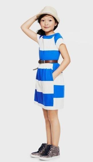 Cómo combinar: vestido de rayas horizontales en blanco y azul, zapatillas de lentejuelas plateadas, sombrero en beige