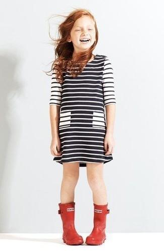Cómo combinar un vestido de rayas horizontales en blanco y negro: