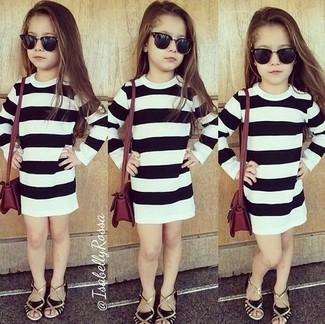 Cómo combinar: vestido de rayas horizontales en blanco y negro, sandalias negras
