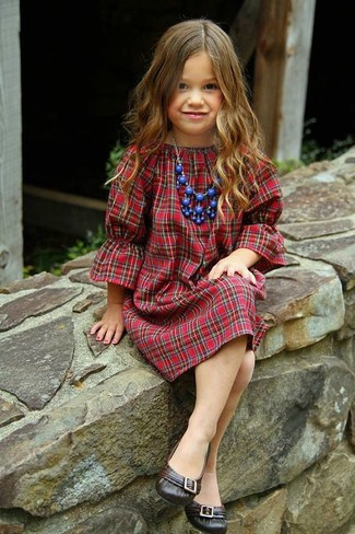 Cómo combinar: vestido de tartán rojo, bailarinas en marrón oscuro, collar azul
