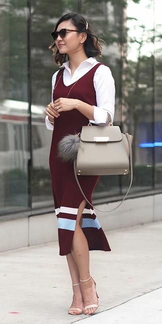 Cómo combinar: vestido de tirantes burdeos, camisa de vestir blanca, sandalias de tacón de cuero en beige, bolso de hombre de cuero en beige