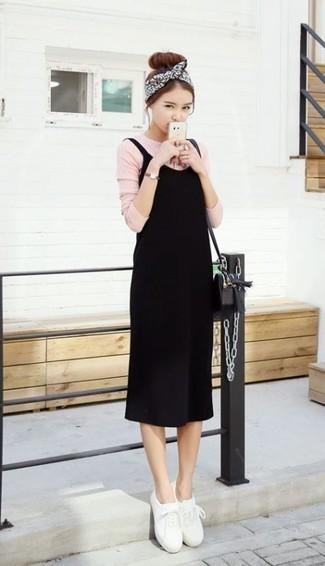 Moda para mujeres adolescentes en clima cálido: Opta por un vestido de tirantes negro y una camiseta de manga larga rosada para crear una apariencia elegante y glamurosa. Completa el look con tenis de cuero blancos.