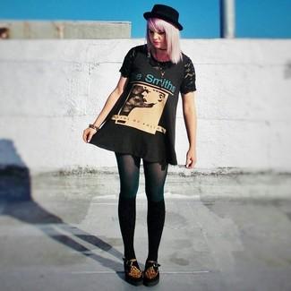 Cómo combinar una camiseta con cuello circular de encaje negra: Una camiseta con cuello circular de encaje negra y un vestido de tirantes estampado negro son una opción excelente para el fin de semana. ¿Por qué no ponerse mocasín con plataforma de ante de leopardo marrón a la combinación para dar una sensación más clásica?