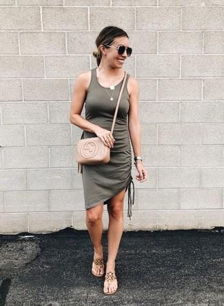 Cómo combinar unas sandalias de dedo de cuero marrón claro: Usa un vestido de tirantes verde oliva transmitirán una vibra libre y relajada. Sandalias de dedo de cuero marrón claro son una opción estupenda para completar este atuendo.