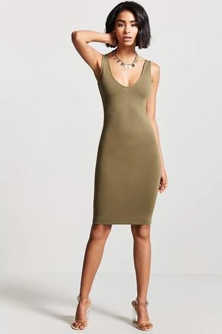 Cómo combinar: vestido de tirantes verde oliva, sandalias de tacón de goma transparentes, collar dorado