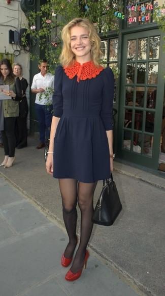 Cómo combinar: vestido de vuelo azul marino, zapatos de tacón de cuero rojos, bolsa tote de cuero negra, medias negras