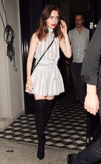 Cómo combinar: vestido de vuelo de rayas verticales blanco, botas sobre la rodilla de ante negras, bolso bandolera de cuero negro, pulsera plateada