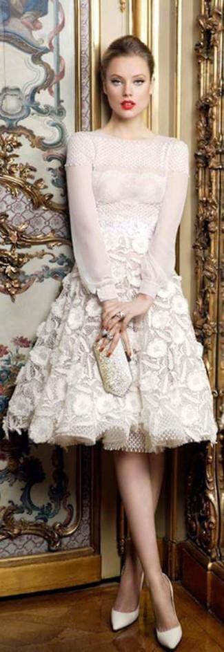 Haz de un vestido de vuelo de encaje blanco tu atuendo para un perfil clásico y refinado. Zapatos de tacón de cuero blancos son una opción práctica para complementar tu atuendo.