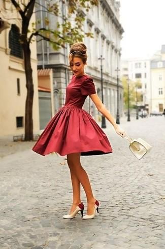 Cómo combinar: vestido de vuelo burdeos, zapatos de tacón de cuero en blanco y rojo, cartera de cuero blanca