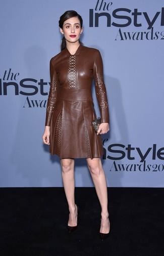 Cómo combinar: vestido de vuelo de cuero marrón, zapatos de tacón de cuero negros, cartera sobre plateada