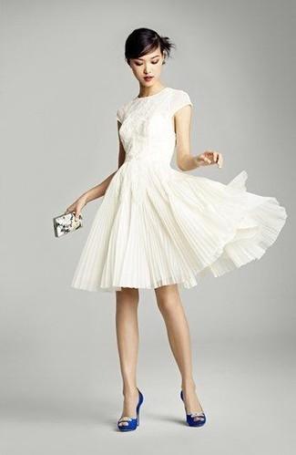 Cómo combinar: vestido de vuelo de encaje blanco, zapatos de tacón de satén con adornos azules, cartera sobre estampada blanca