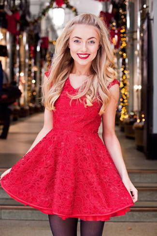Cómo combinar: vestido de vuelo de encaje rojo, medias negras